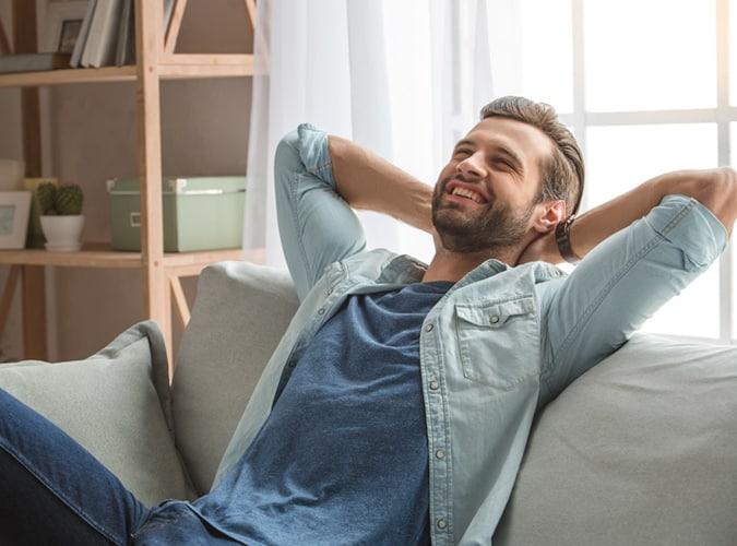homme heureux détendu