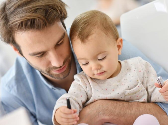 homme qui s'occupe de bébé