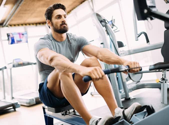 Homme exerçant dans la salle de gym