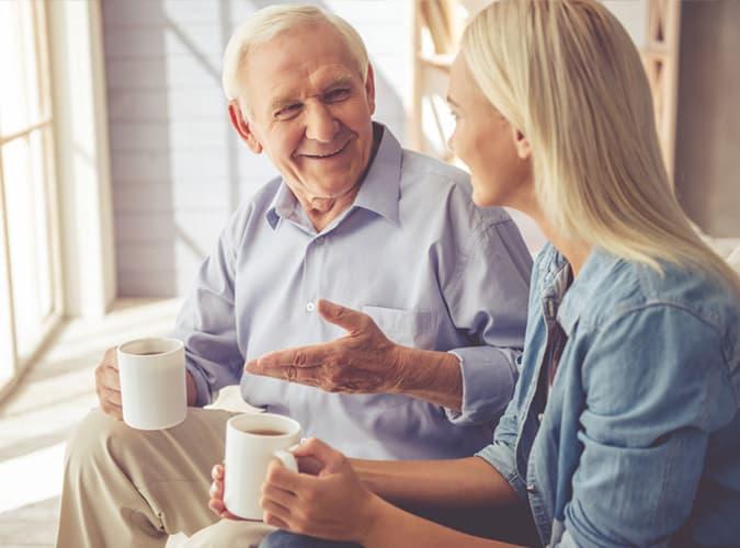 homme plus âgé parlant à une jeune femme
